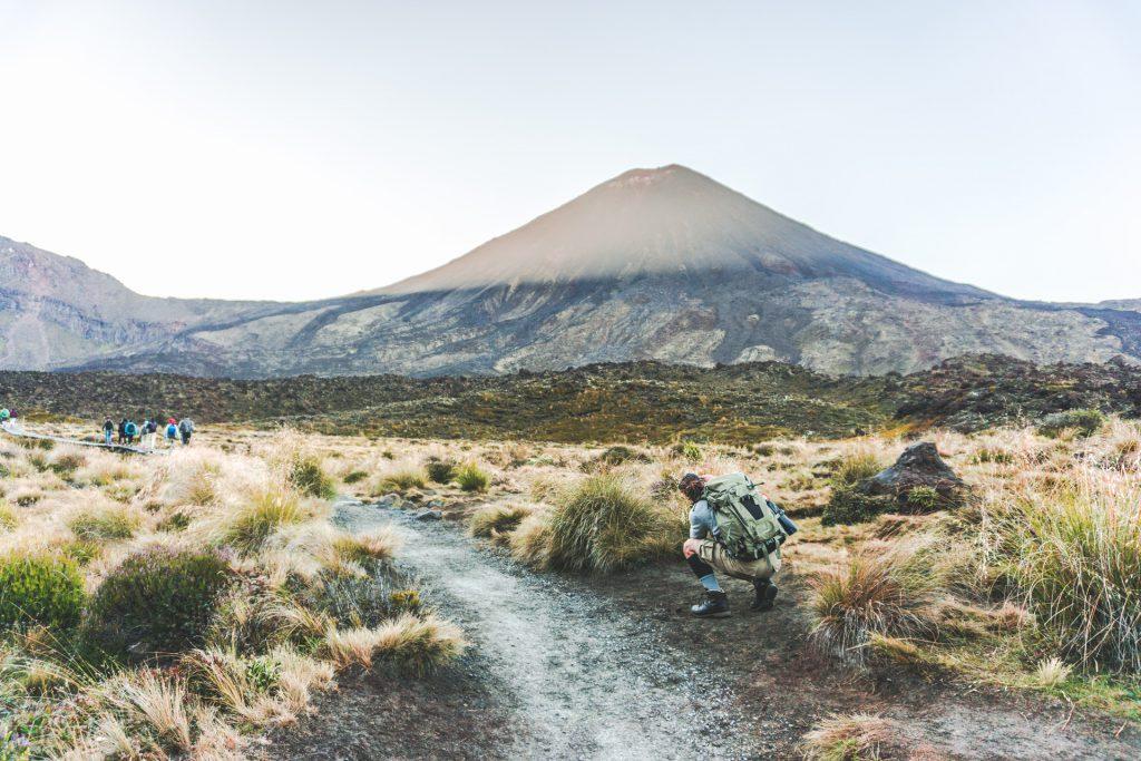 Start des Tongariro Alpine Crossing mit Blick auf den Mt Ngauruhoe