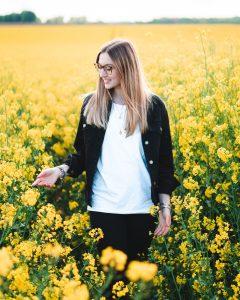 Nachhaltiger Look mit T-shirt im Blumenfeld | Boardshortslife