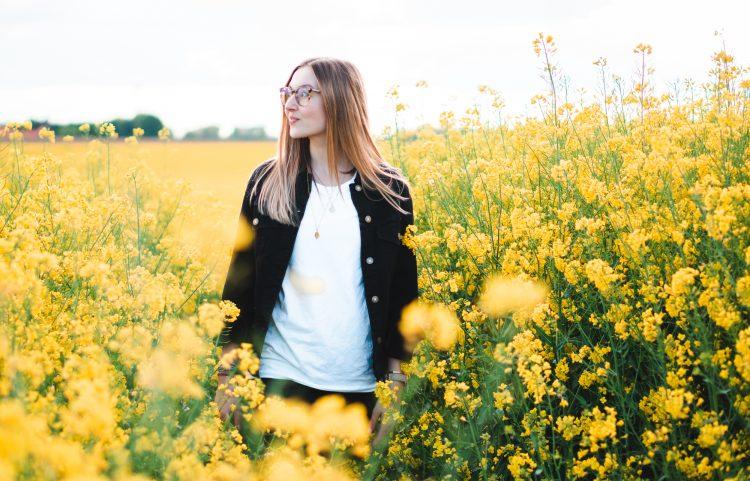 Julia Unkrig mit Organic Basics im Rapsfeld | Boardshortslife
